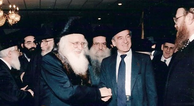 Elie Wiesel shaking hands with the Ungvarer Rav.jpg
